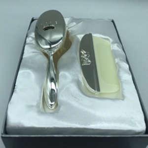peigne et brosse pour bébé en métal argenté pouvant être personnalisé par une gravure