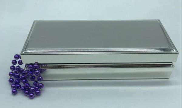 boite à bijoux très élégante en métal argenté personnalisable par la gravure d'un prénom